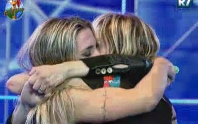 Joana Machado, Duda e Anna Markun se abraçam