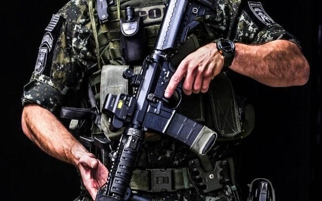 Policial do COE usando o típico uniforme com camuflagem digital para selva