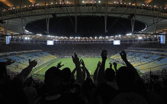Torcidas ocuparam as arquibancadas atrás dos  gols, mas cadeiras centrais ficaram vazias
