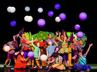 Polivalentes. Os 14 intérpretes no espetáculo se desdobram entre as músicas, a manipulação de bonecos, a atuação e as coreografias