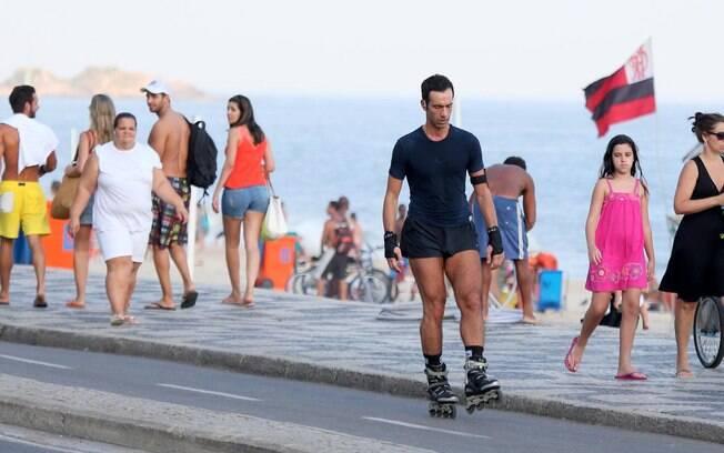 César Tralli dá show de patinação no Rio