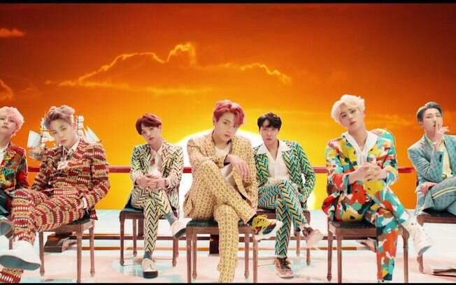 BTS lança novo álbum e fica em primeiro lugar em mais de 50 países com