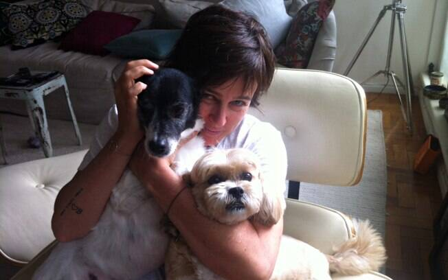 A jornalista Milly Lacombe com a vira-latas Cora e a lhasa-apso Mila