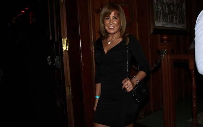 Com vestido justo, Zilu Camargo exibe boa forma em show do Chitãozinho e Xororó
