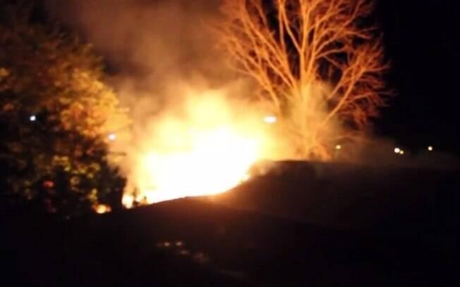 Imagem do incêndio provocado no palco onde seria celebrado casamento homoafetivo no RS