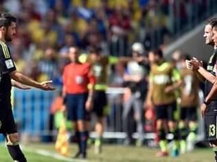 David Villa deixa o gramado da Arena da Baixada para a entrada de Juan Mata