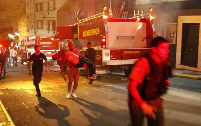 Jovem desacordado é socorrido após incêndio em boate em Santa Maria, Rio Grande do Sul