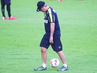 Dor de cabeça.  Com a saída de jogadores importantes, Levir Culpi ainda procura o maestro do time alvinegro para esta temporada