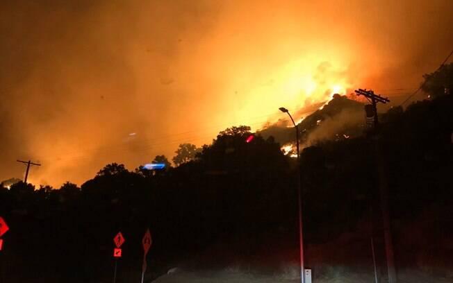Incêndio los angeles provoca evacuação de 100 mil pessoas
