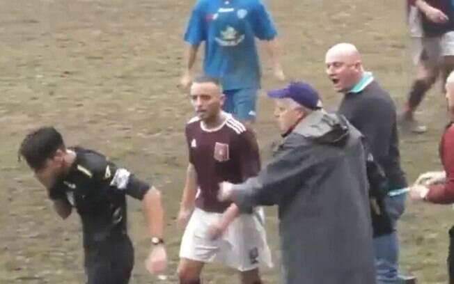 Auxiliar técnico invade gramado e dá soco em juiz