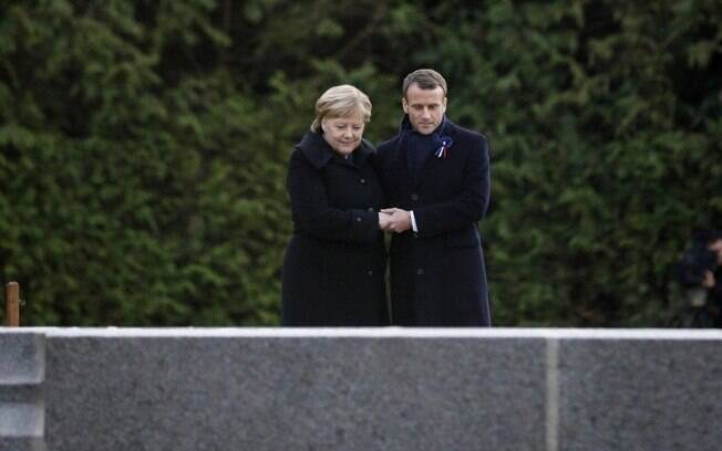 Angela Merkel e Emmanuel Macron em cerimônia na França
