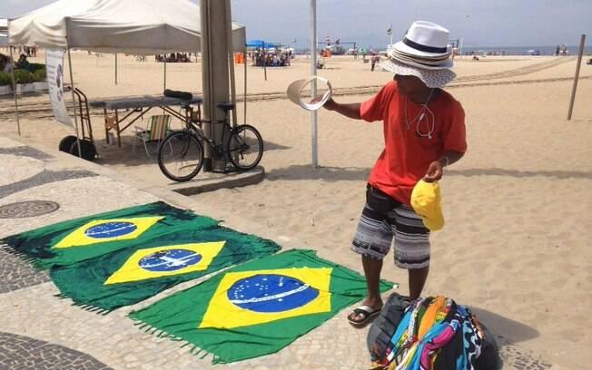 O ambulante Francisco José aproveitou movimento para vender sobras da Copa do Mundo