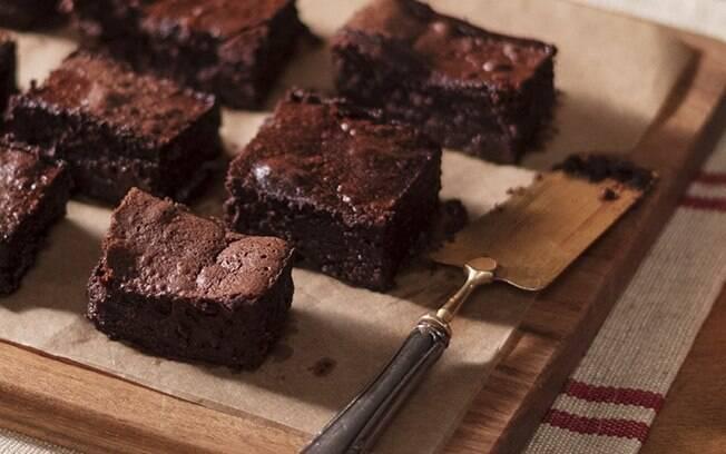 O bolo mousse leva apenas três ingredientes e é um sucesso!