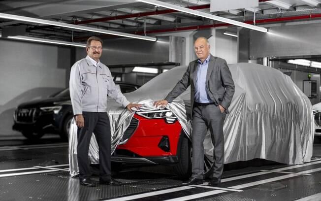 Audi e-tron na cor Vermelho Misano e pronto para rodar. E podem contar com a sua chegada ao Brasil em breve