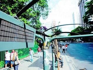 Com o sol e a falta de cobertura de abrigo danificado na avenida Afonso Pena não é possível ler o visor