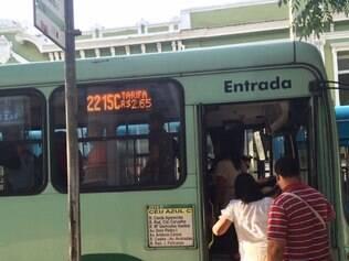 Na tarde desta segunda-feira coletivos voltaram a cobrar R$ 2,65 pela pasagem