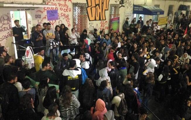 Estudantes da PUC e de outras faculdades fazem ato para pressionar senadores a realizarem a votação do Projeto de Lei