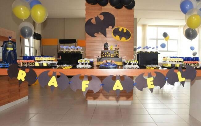 Os heróis podem aparecer em roupagem atual, como na mesa do Batman. O nome do aniversariante é escrito em morcegos, não em bandeiras