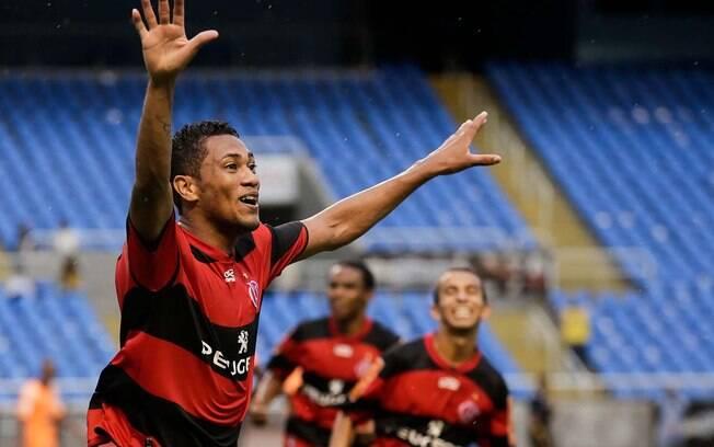 Chicharito Hernane: em boa fase no Flamengo,  Hernane caiu nas graças da torcida, que o chama  assim por causa do atacante mexicano Chicharito  Hernandez, do Manchester United