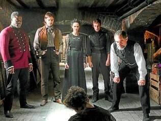 Mistério. Exploradores do oculto são liderados por Malcolm Murray (Timothy Dalton), à direita