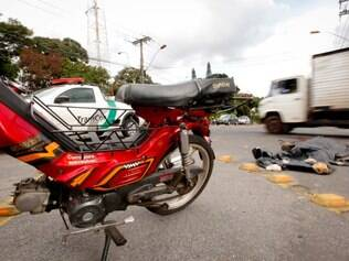 CIDADES. CONTAGEM, MG.  Acidente entre caminhao e motocicleta faz vitima no bairro Cinco, em Contagem. O motoqueiro morreu no local.  FOTO: LINCON ZARBIETTI / O TEMPO / 17.04.2014