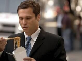 Comida na caixa: a melhor dica para não comer demais é colocar a porção em um prato