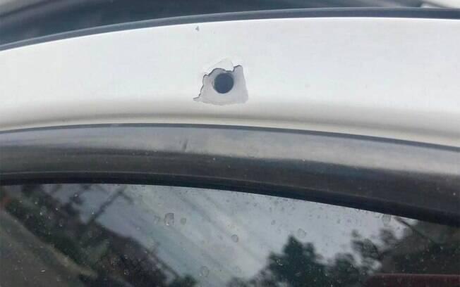 Apesar dos vários disparos efetuados do alto do morro, apenas um tiro atingiu a lataria do carro do prefeito de  Belford Roxo