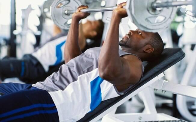 Bastante peso e poucas repetições são a chave para a hipertrofia. Mas alimentar-se bem e repousar é fundamental para o músculo se recuperar e crescer