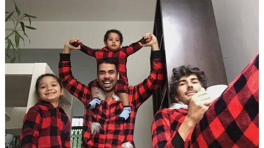 Tiago e Paulo com os filhos Davi e Sara