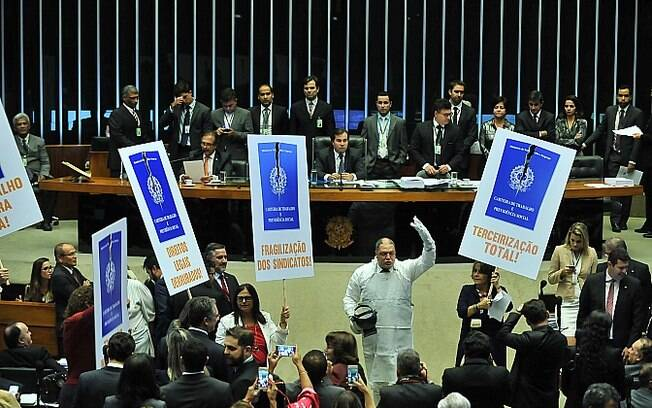 Deputados da oposição fazem protesto contra a votação da reforma trabalhista no plenário da Câmara