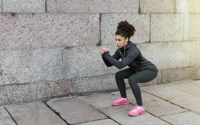 Agachamento é um clássico, mas pode virar um vilão no caso dos erros no treino de pernas relacionados à postura