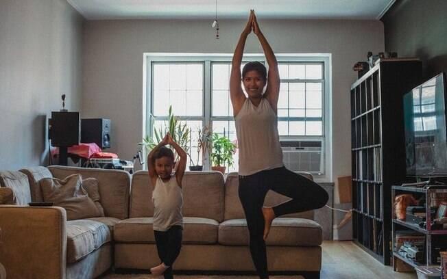 Saiba como relaxar em casa com 7 posturas de Yoga