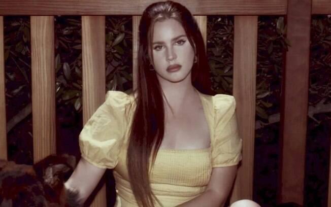"""Lana Del Rey lança o esperado álbum """"Blue Banisters"""", o oitavo de sua carreira"""