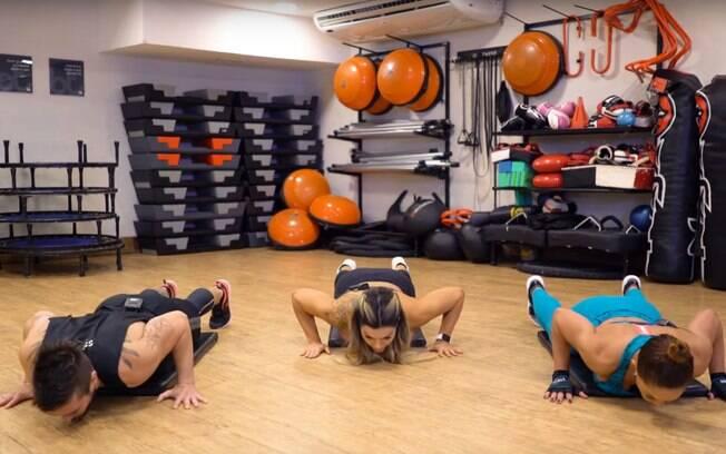 A flexão de braços é um exercício completo que se destaca pela facilidade e por ser muito comum
