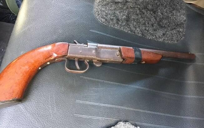 Operação Comunidade Moinho - Escopeta calibre 12, com cano serrado, apreendida pela ROTA