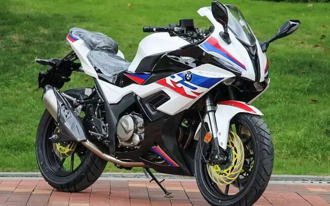 Carenagem, cores e grafismos são da BMW S 1000RR, mas os retrovisores e os canhões dos faróis imitam a Yamaha R1