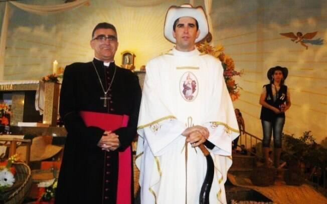 Além de incluir os símbolos locais na celebração da missa, o Padre Periquito mantém um blog e um perfil no Twitter para avisar os fiéis dos encontros itinerantes