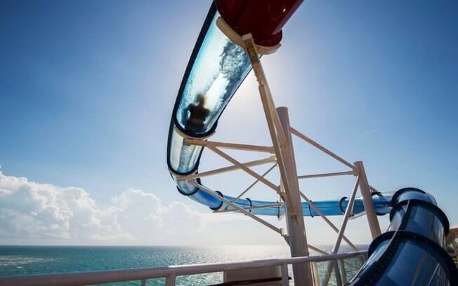 Um dos tobogãs dos navios da Disney Cruise Line conta com partes que são transparentes para dar mais emoção