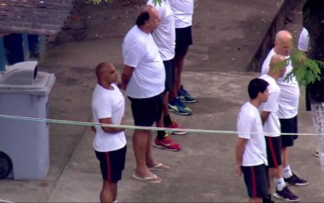 De chinelo, o governador do Rio de Janeiro, Luiz Fernando Pezão, participa de hasteamento de bandeira na cadeia