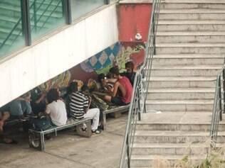CIDADES : UFMG - JOAO PINHEIRO - BELO HORIZONTE - MG . Fotos de adolescentes fumando maconha na Faculdade de Direito da UFMG .  FOTOS: JOAO GODINHO / O TEMPO / 04.05/2015