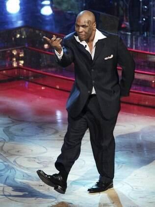 Mike Tyson durante participação em programa italiano: cantor e dançarino nas horas vagas