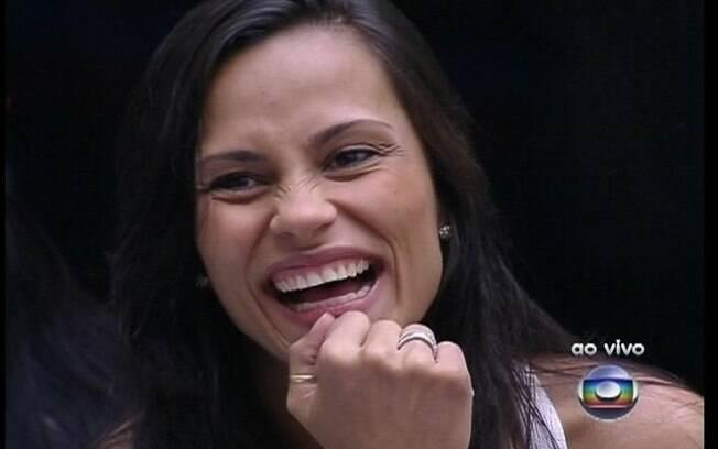 Kelly dá risada da pergunta de Bial