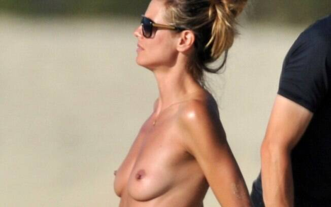 Heidi Klum, em uma praia da França, confirmando que é mesmo adepta do topless