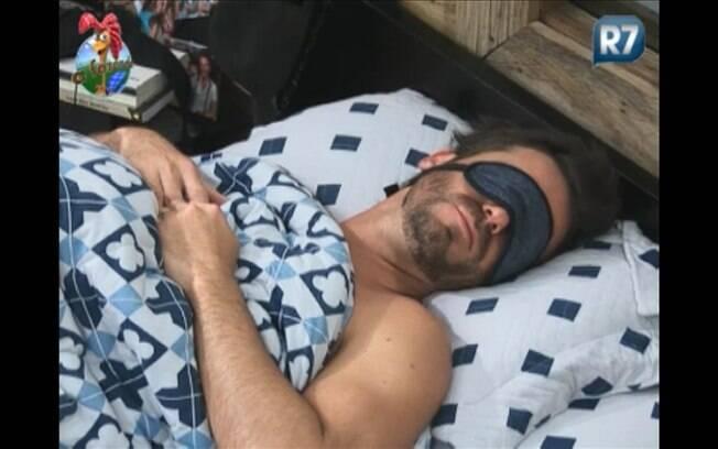 Marlon usa tapa olho para dormir melhor