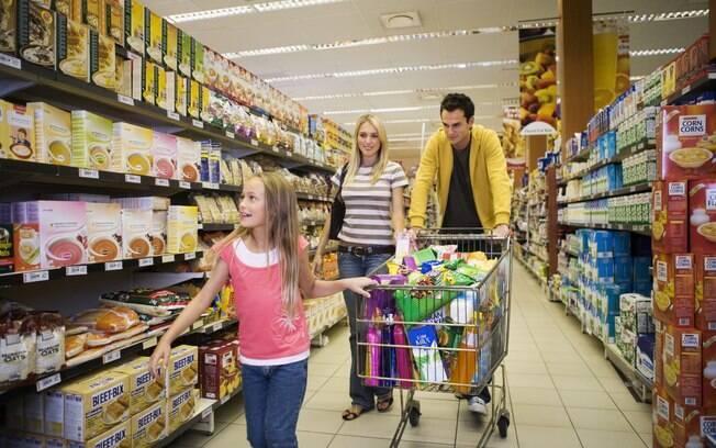 Acompanhar a criança em atividades do cotidiano e estimulá-la a fazer algumas tarefas, como escolher alguns itens da compra no mercado, sozinhas incentiva a independência