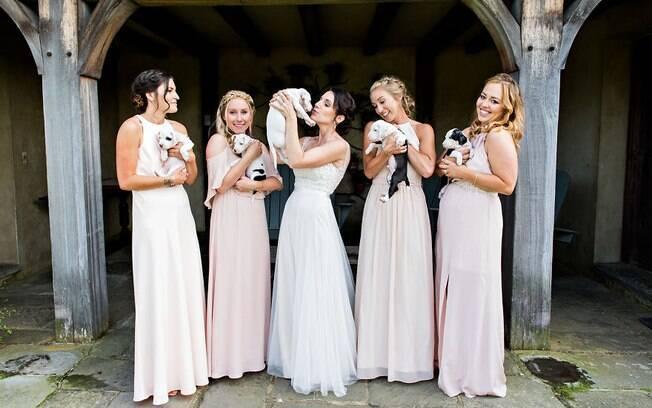Ao invés dos buquês, a noiva e as madrinhas seguraram filhotes de cachorro que estão disponíveis para a adoção