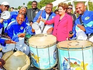 Aprendiz. Dilma encontrou com a bateria da escola de samba Grande Rio e pediu para tocar tambor