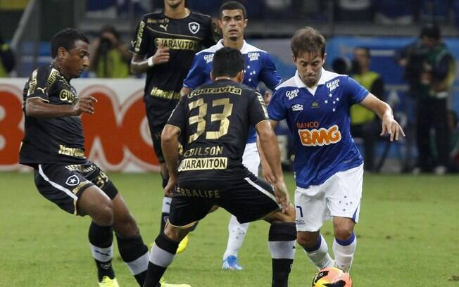 Everton Ribeiro carrega bola para o Cruzeiro diante do Botafogo