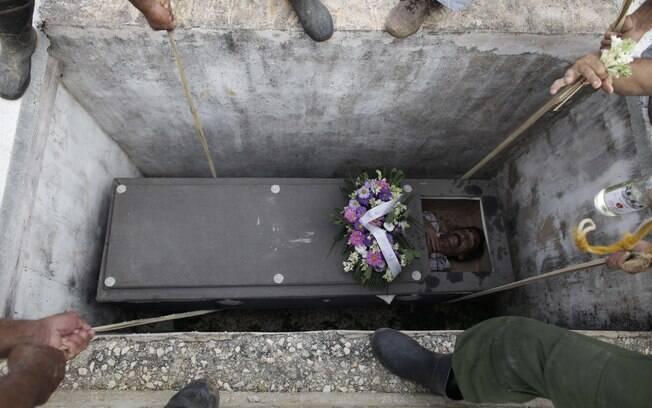 Cidade cubana enterra homem vivo em funeral falso durante ...