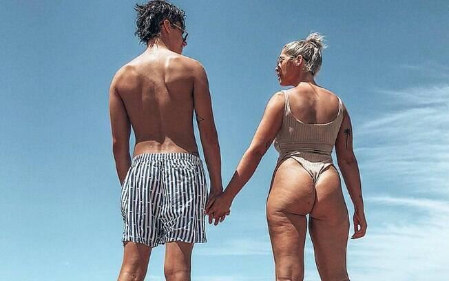 Em post no Instagram, a australiana Ariella Nyssa posa ao lado do namorado e deixa celulite à mostra em sequência de fotos